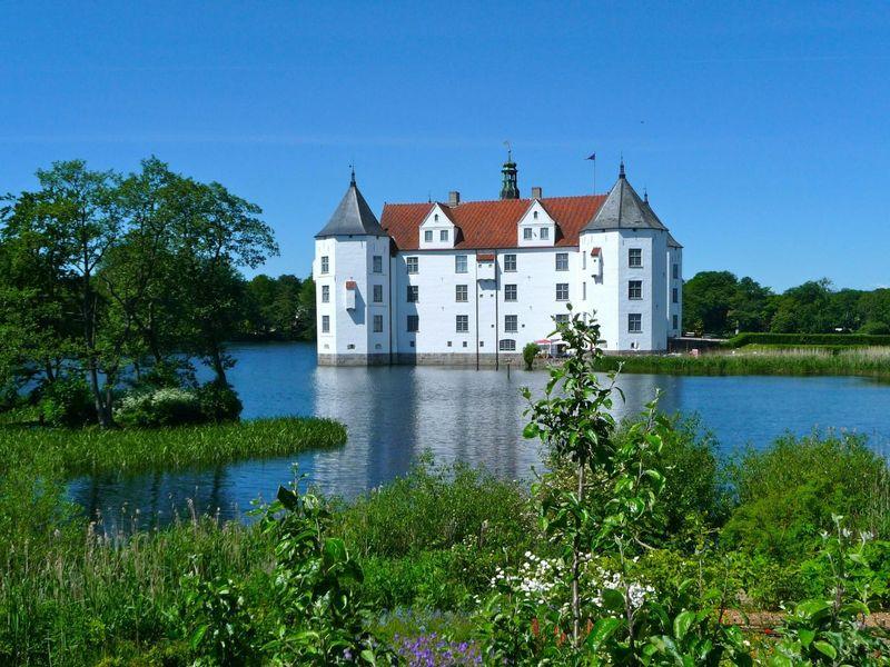 glucksburg-castle-335240_1920.jpg