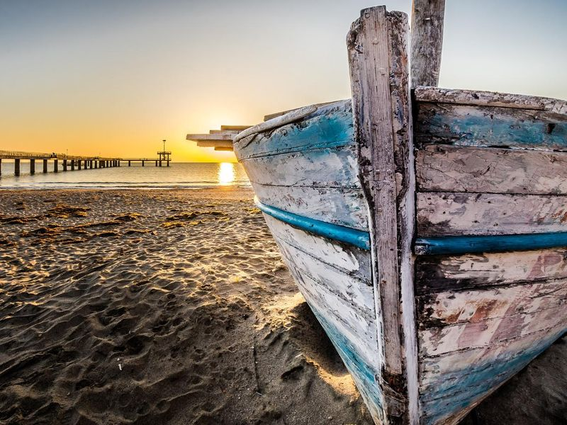 old-wooden-boat-at-sunrise-2873907_1920.jpg