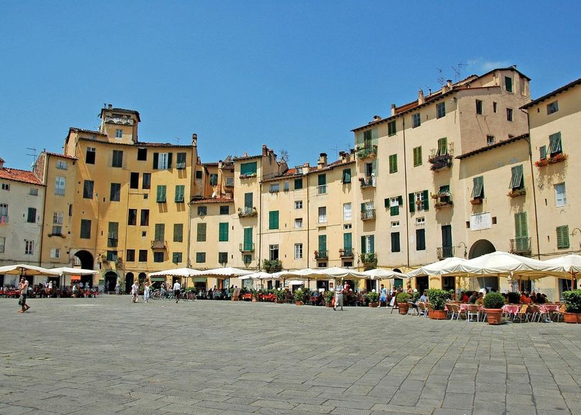 piazza-amphitheater-of-lucca-348488_1920.jpg